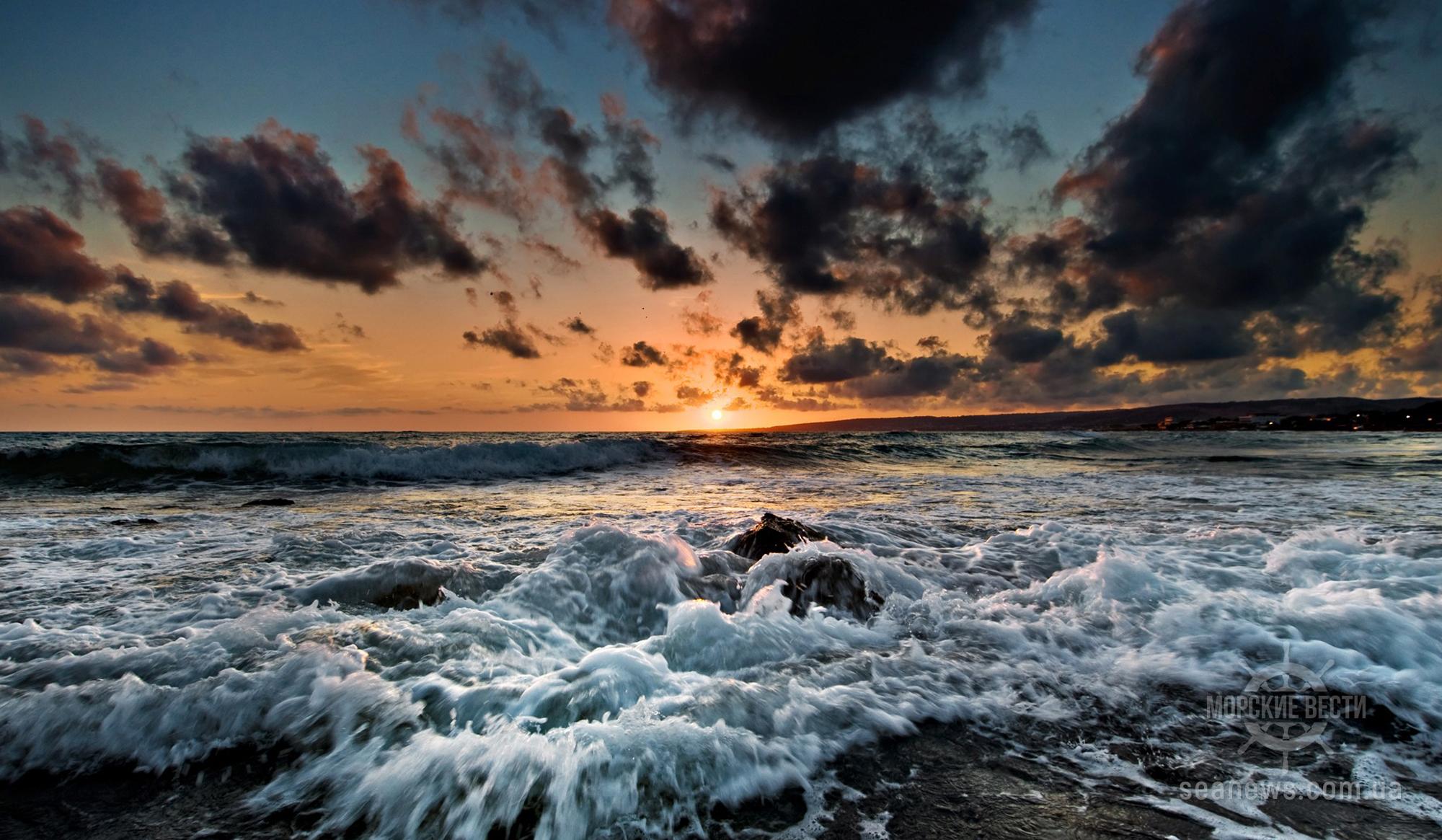 Близ Вентспилса на берег «выбросилась» баржа