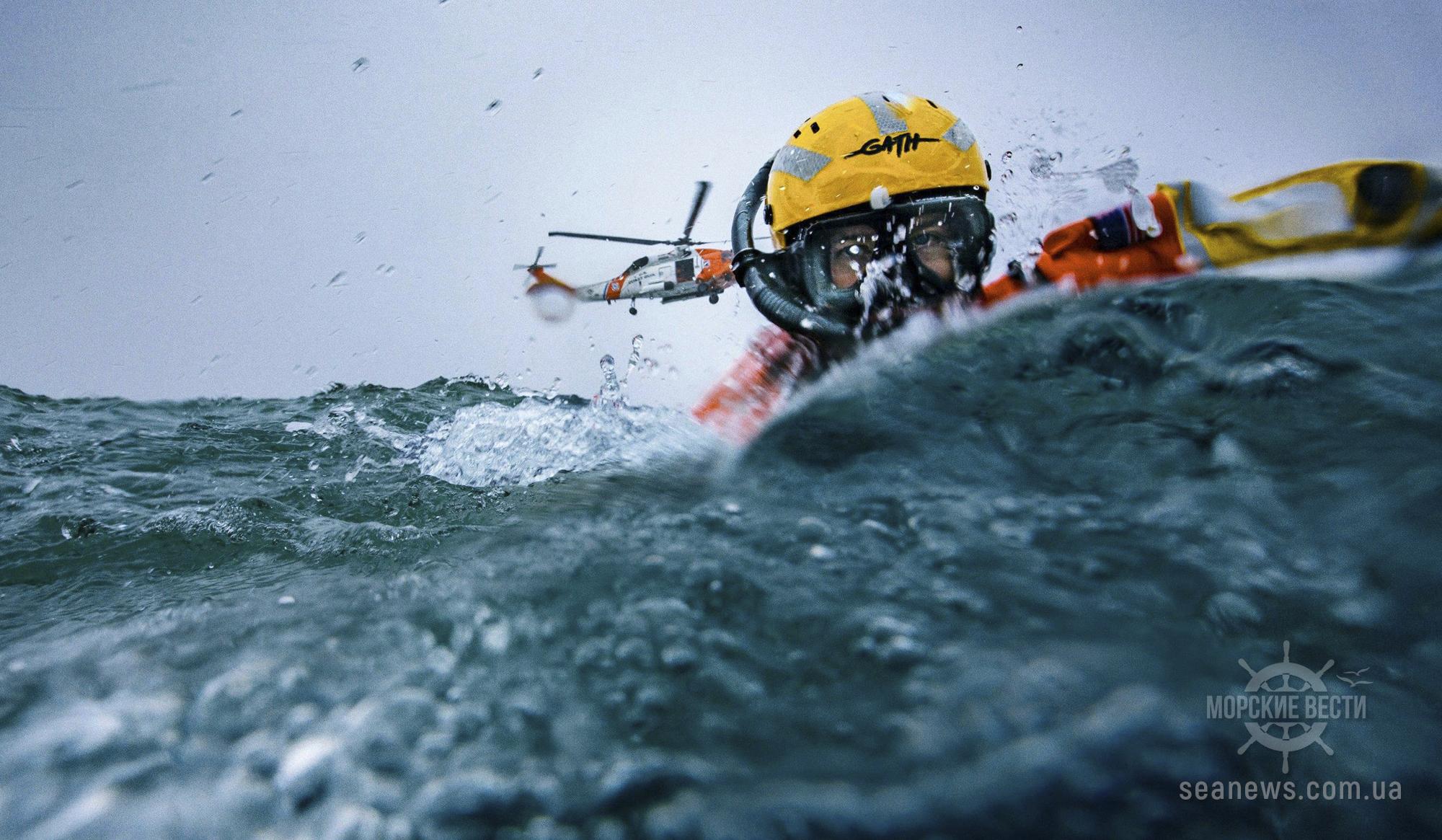 Береговая охрана США спасла троих членов экипажа буксира