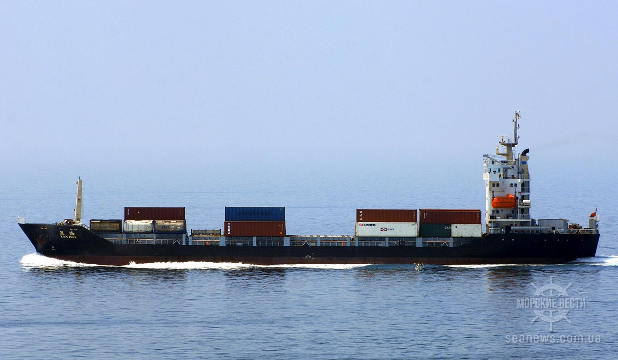 В Тайване контейнеровоз протаранил катер
