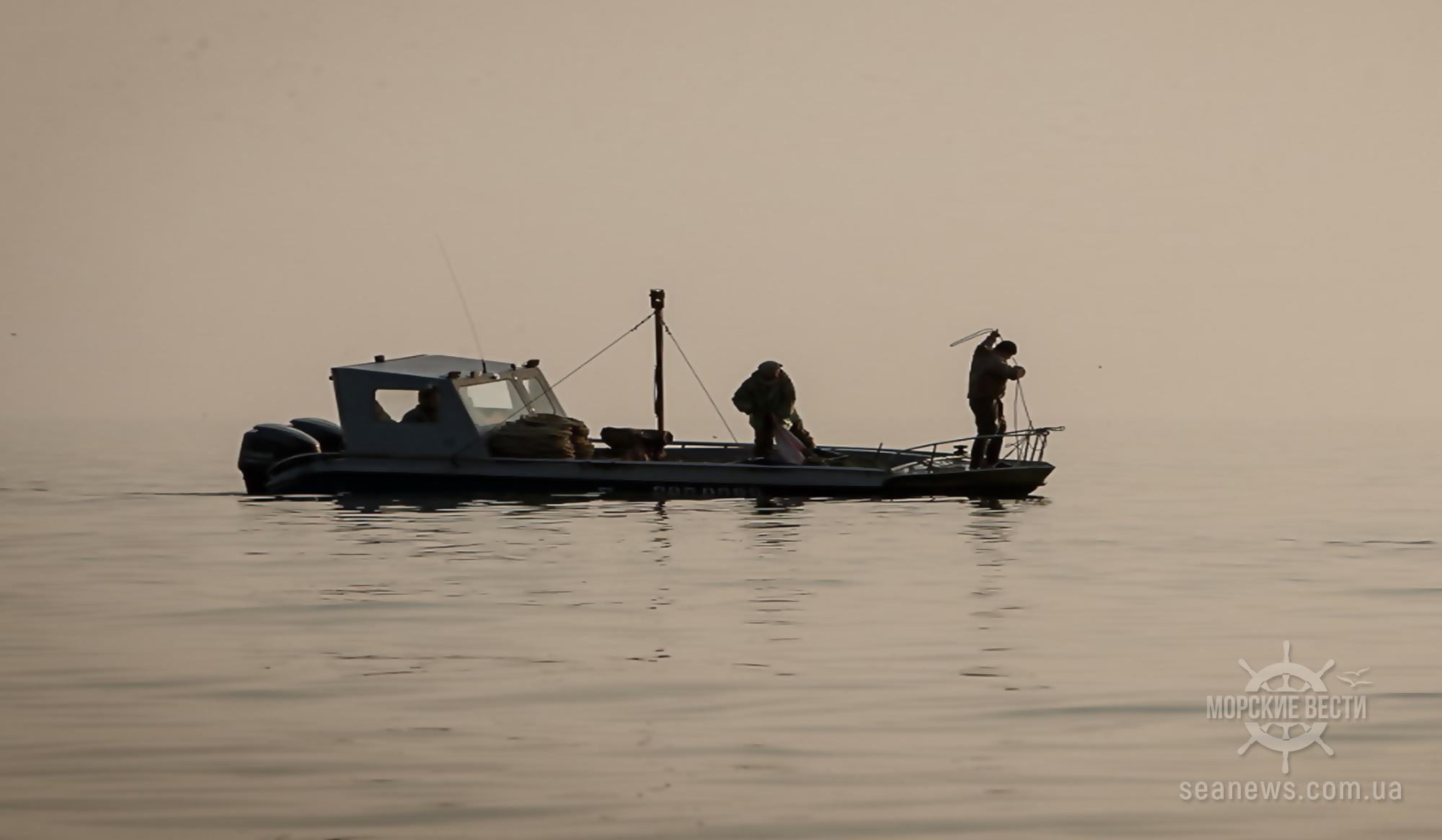 В Азовском море четвертые сутки ищут пропавших украинских рыбаков