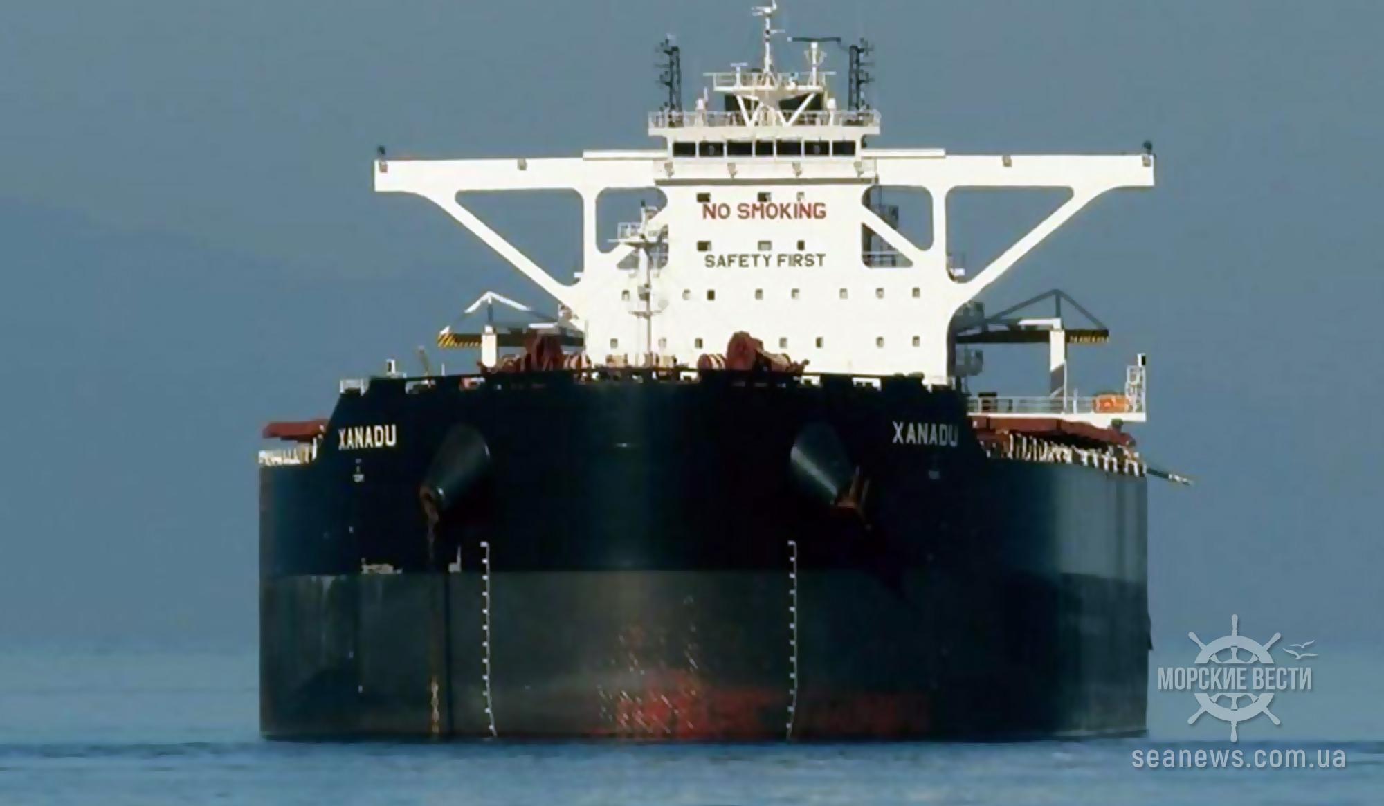 В Южном загружают рудой судно-великан