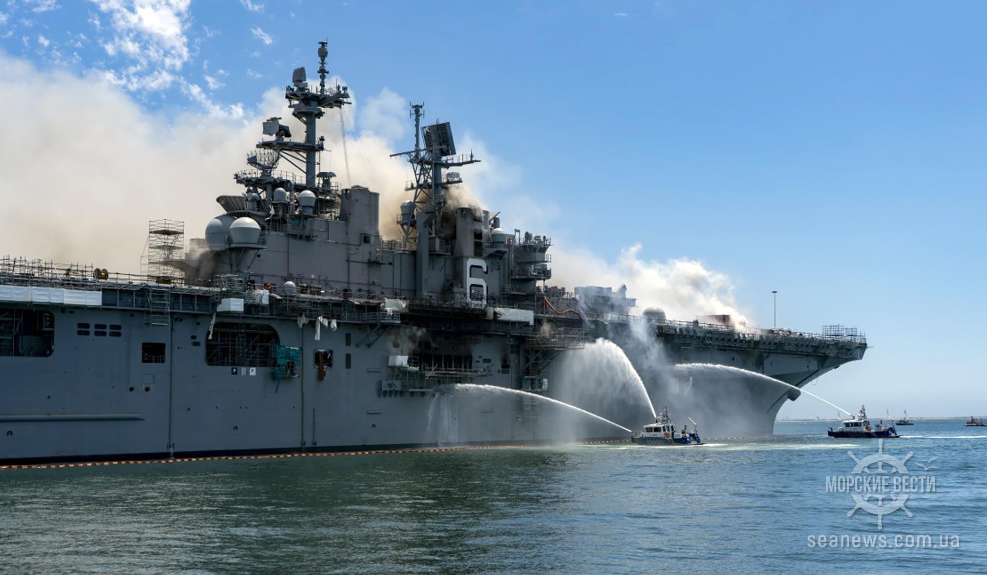В США пожарные спасают корабль USS Bonhomme