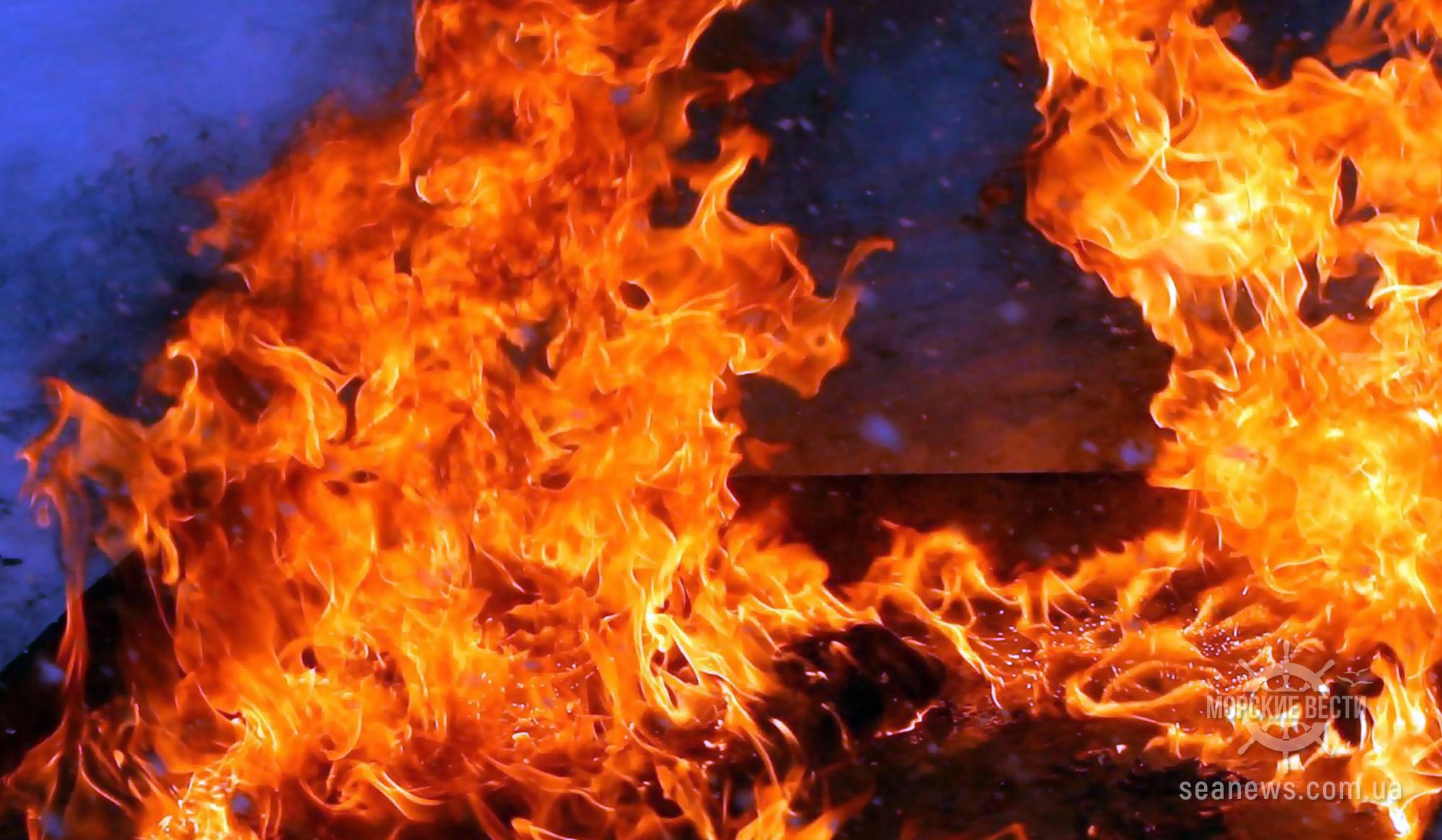Во время пожара экипаж судна эвакуировался на плотах