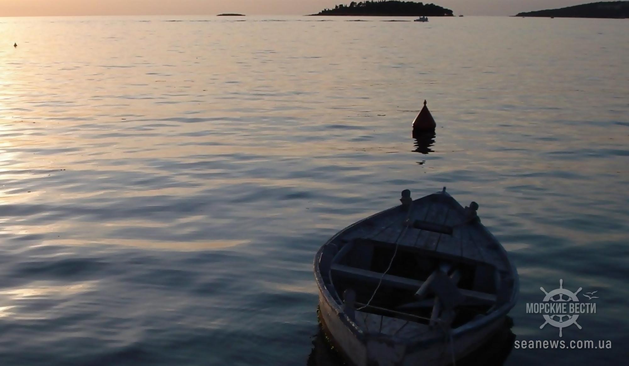 На Херсонщине лодка с рыбаками попала под баржу