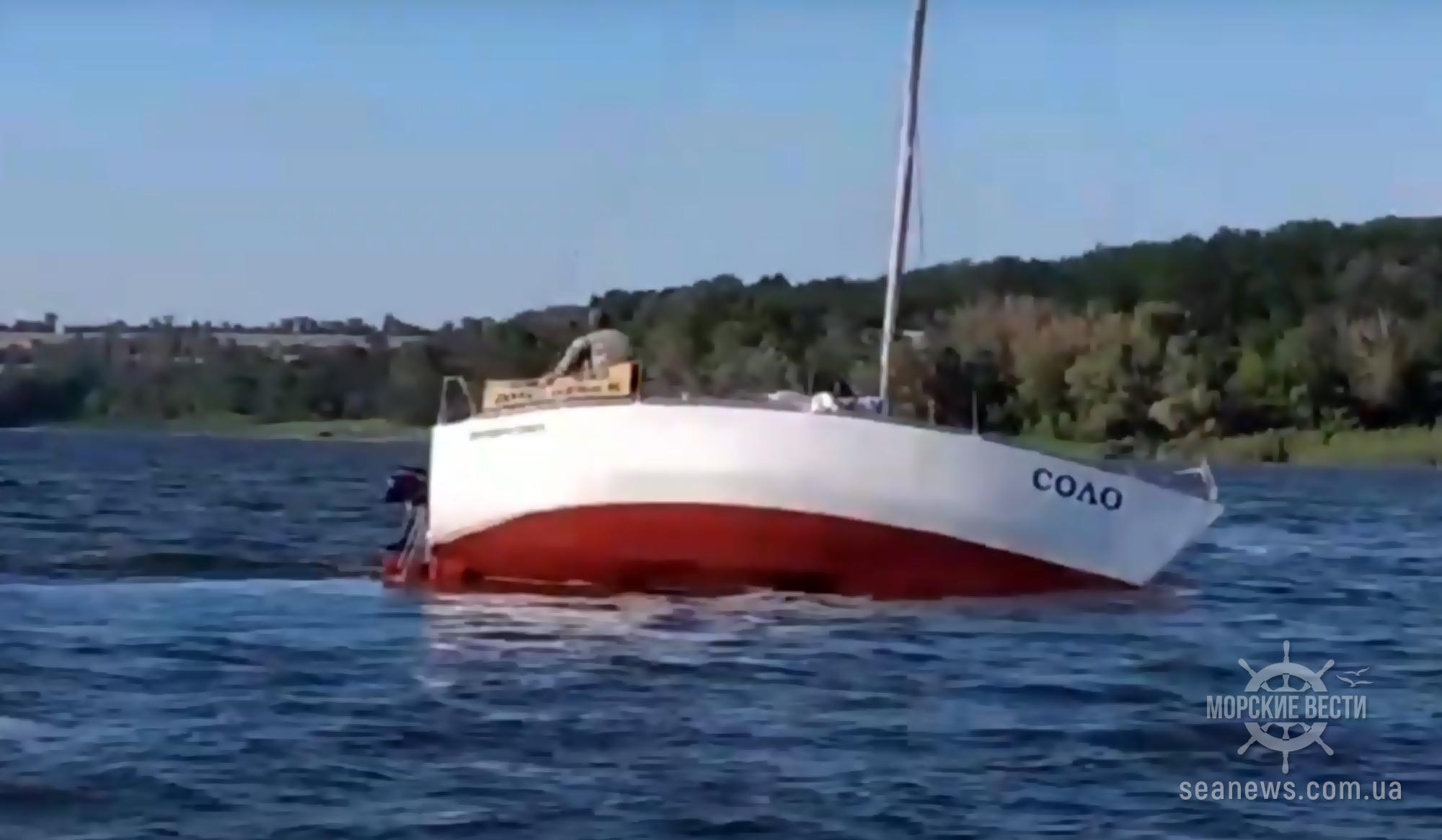 Под Днепром яхта села на мель