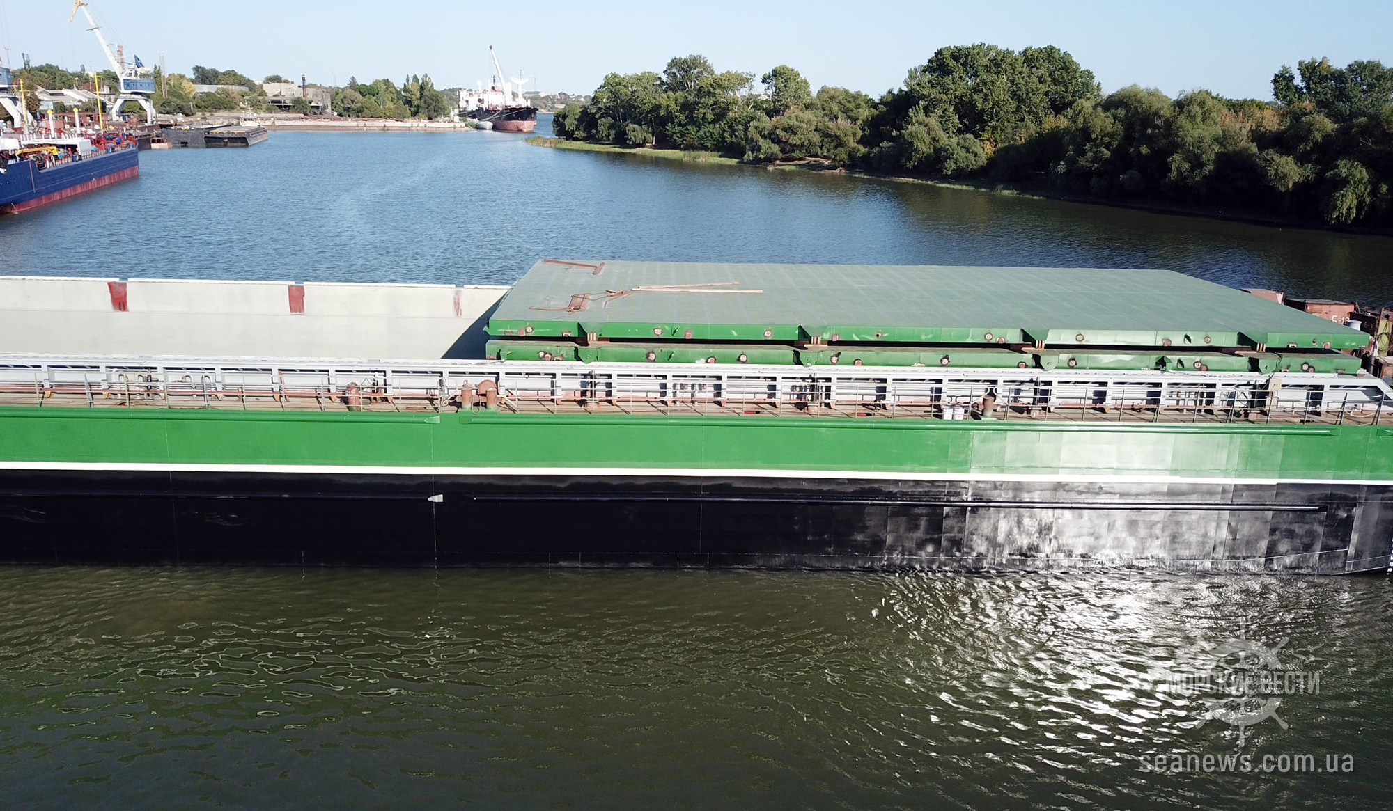 В Дунай спустили самую большую в Украине баржу