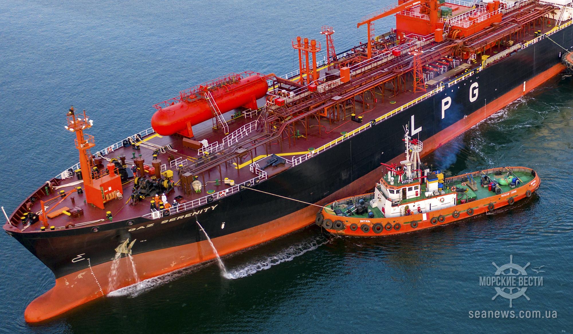 В порту Южный непригодные буксиры сопровождают танкеры