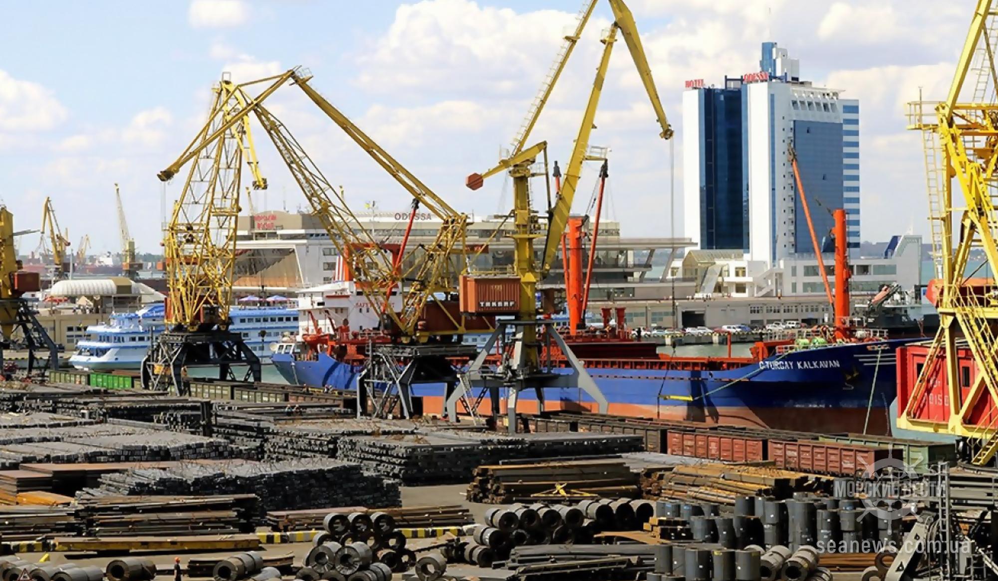 В Одессе на территории морского порта горела плавающая понтонная мастерская