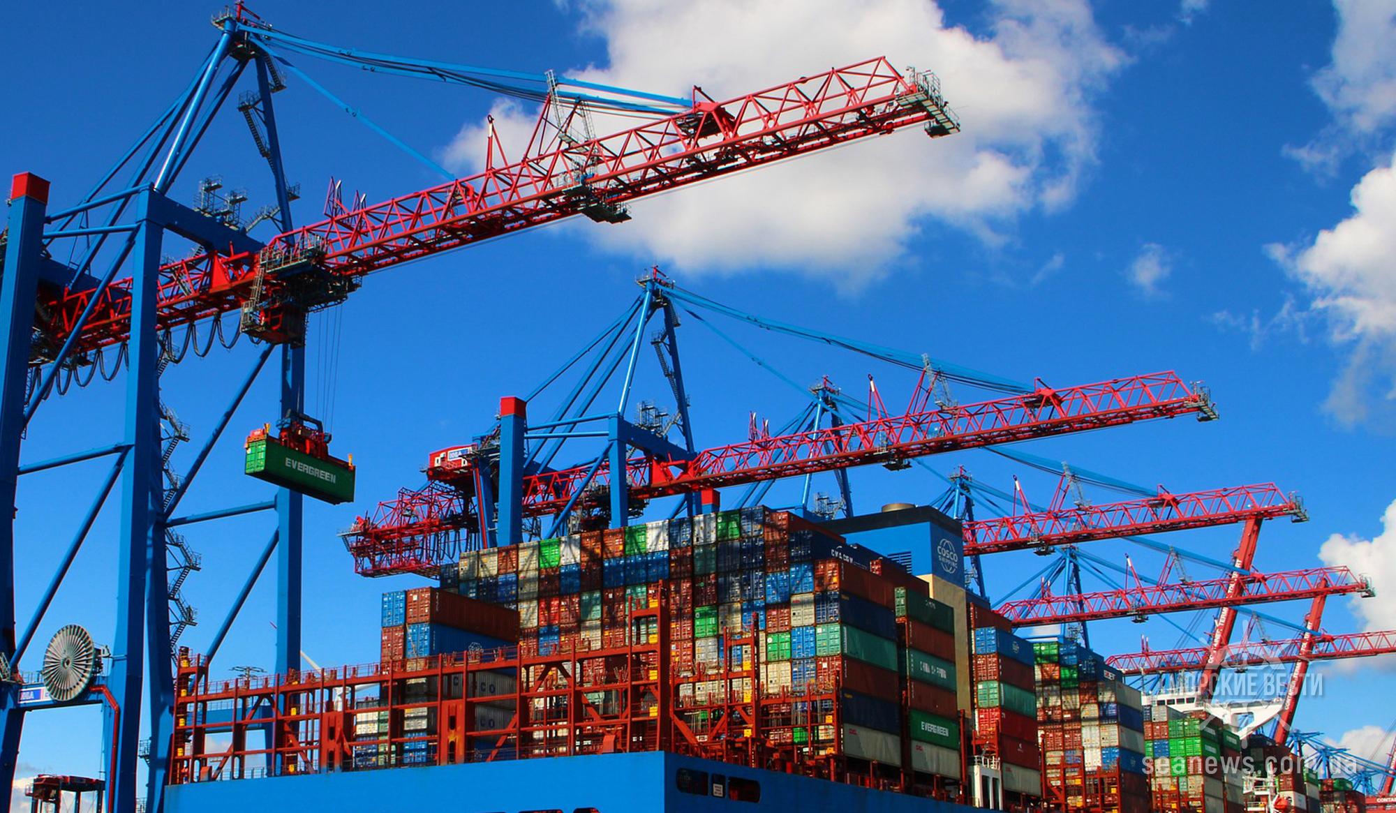 Три балкера — «гиганта» одновременно загружаются в морском порту Южный