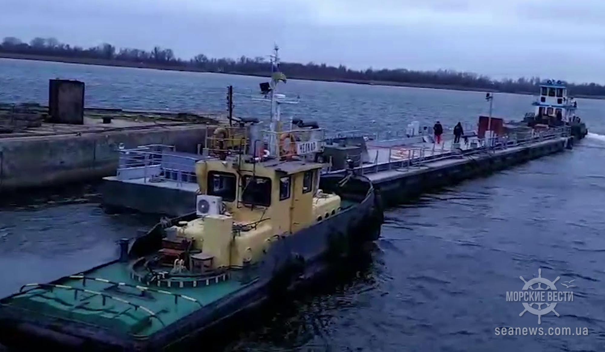Из Херсона в порт «Южный» поплыл причал для ВМС Украины