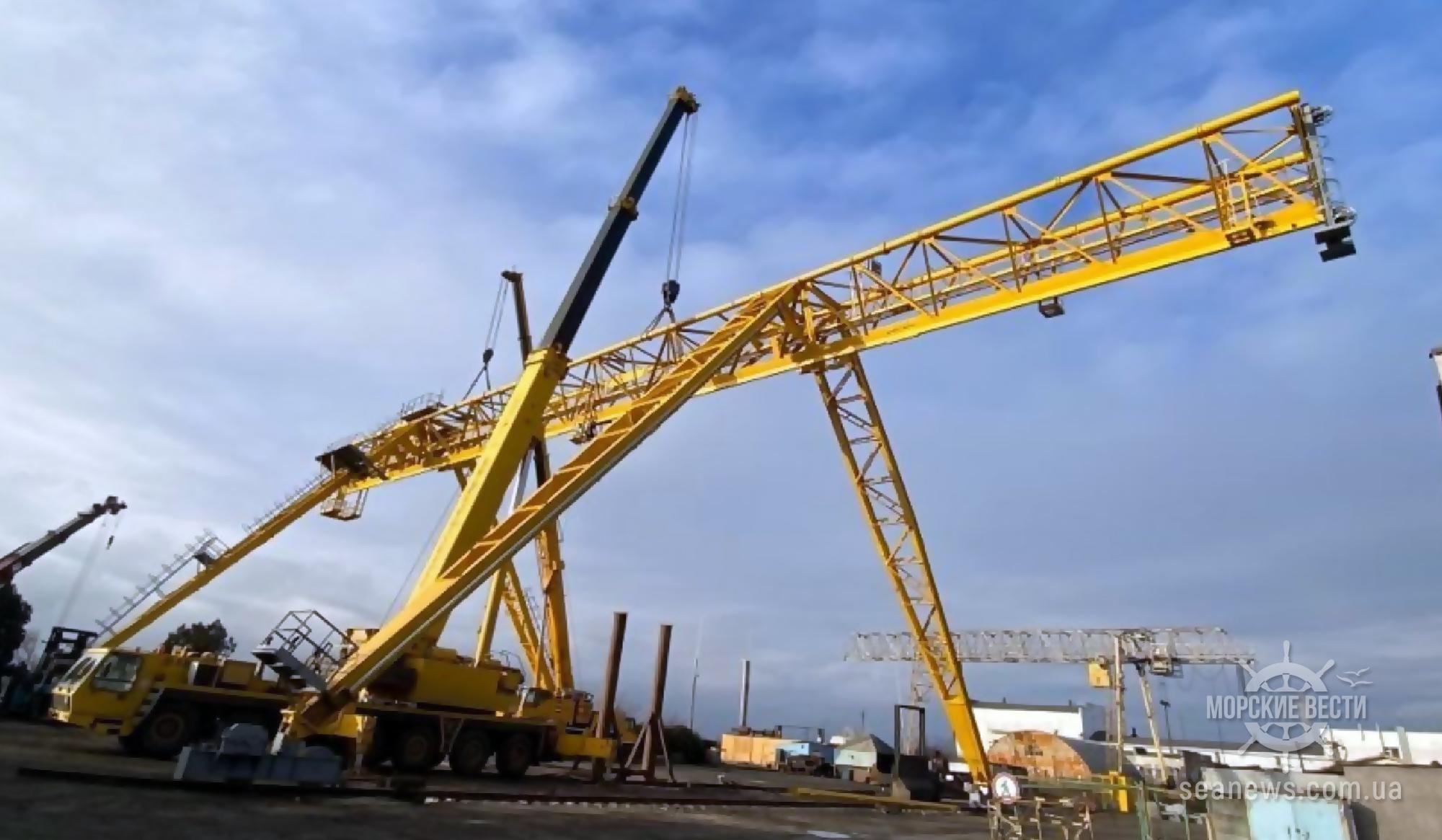 В порту Южный смонтировали новый козловой кран