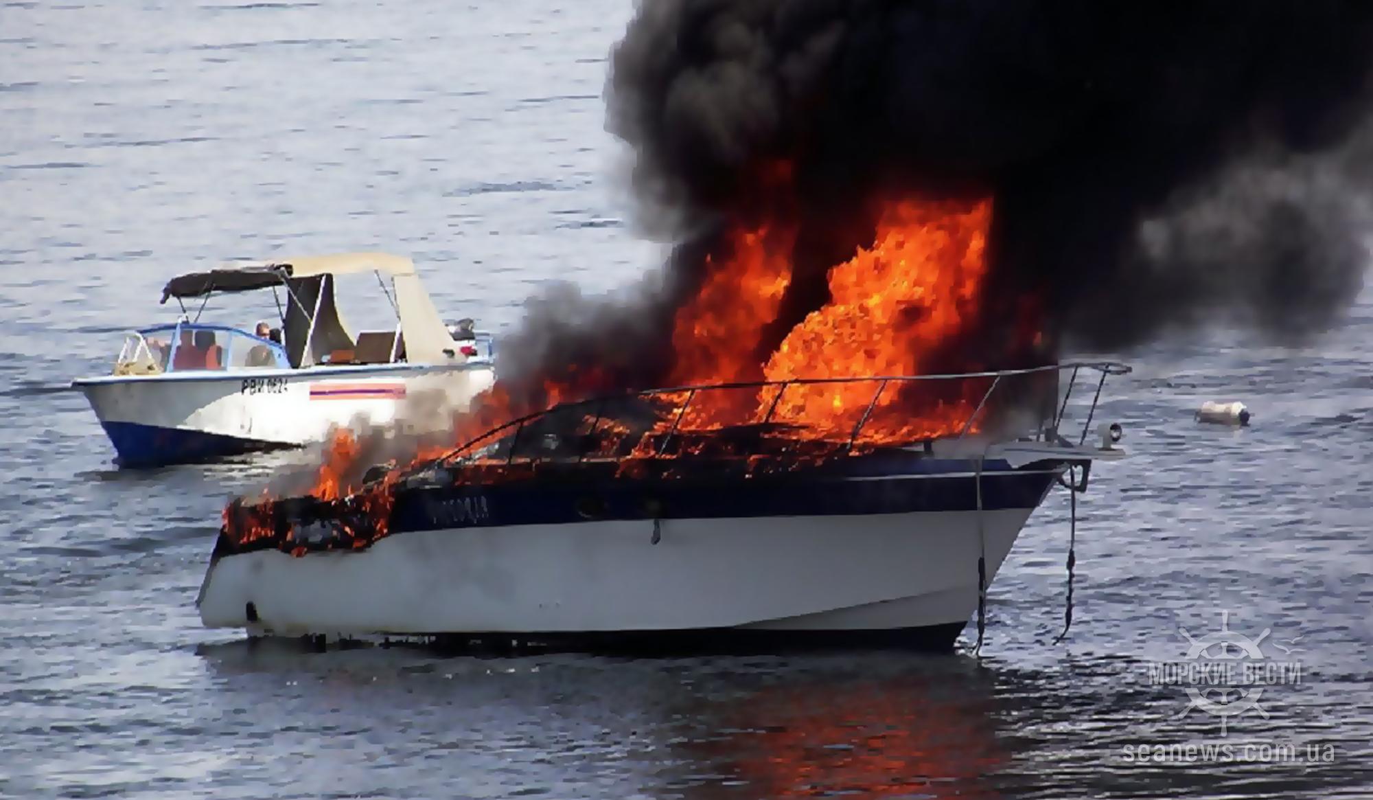 В японском порту Мотобу взорвался прогулочный катер