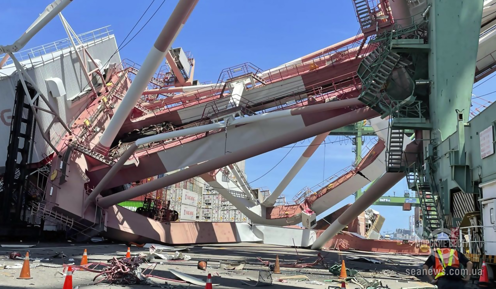 В тайваньском порту рухнул грузовой кран